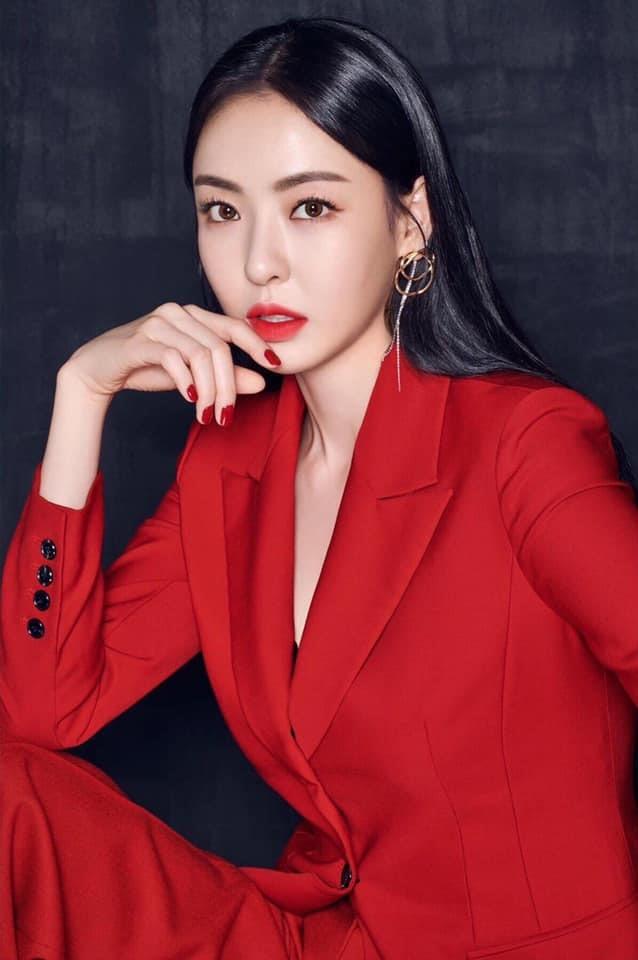 "Lee Da Hee ""sanh chảnh"" trong bộ suit đỏ"
