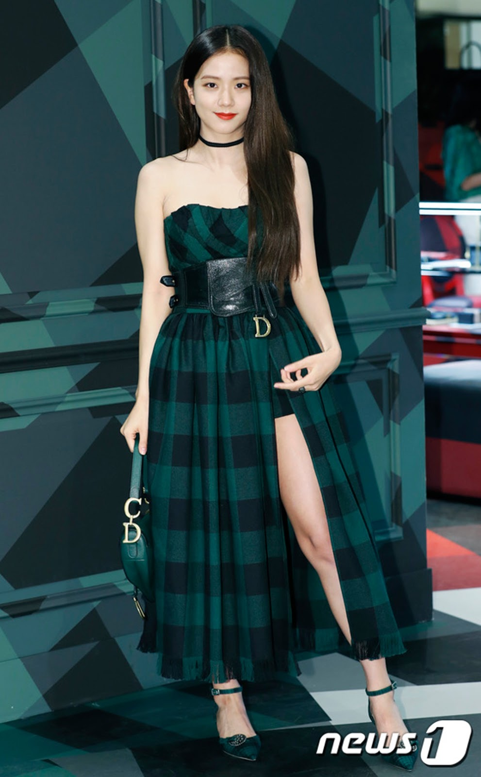 Jisoo mặc set đồ thương hiệu Dior