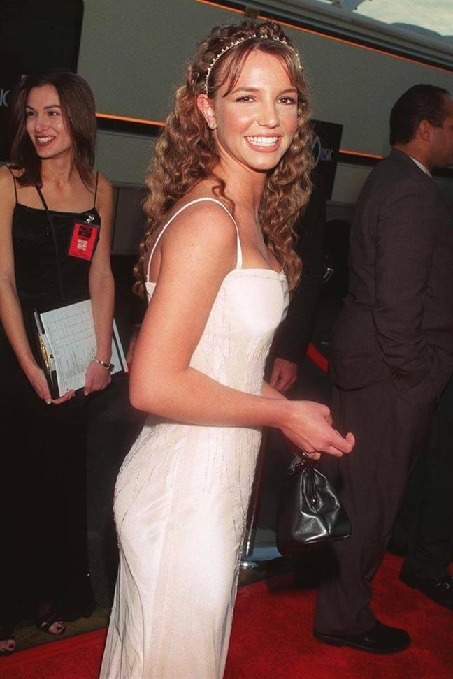 Britney Spears bên bộ váy trắng nữ tính