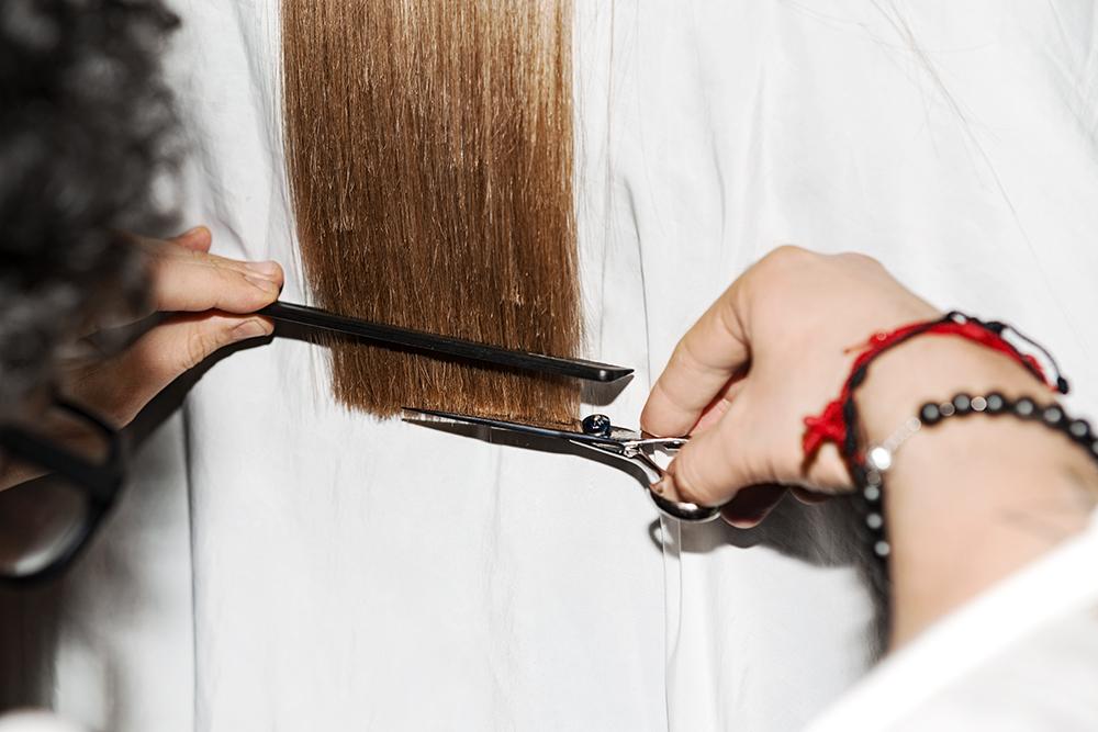 Thường xuyên cắt phần đuôi tóc