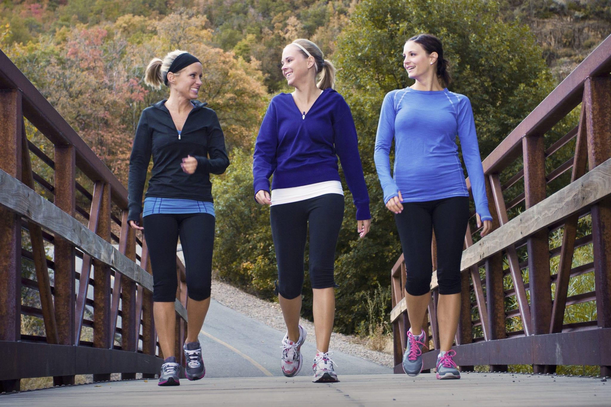 Hít thở đều và hóp bụng khi đi bộ giảm cân