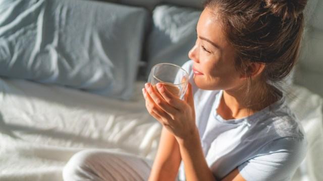 uống đủ nước để tránh bị maskne