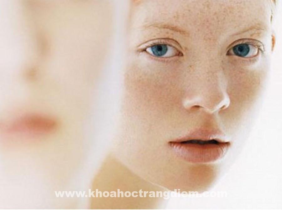 Phụ nữ một khi đã bước vào tuổi lão hóa thì thường rất dễ gặp tình trạng bị nám da. Dù vậy nhưng bạn cũng đừng quá lo lắng vì hướng dẫn cách trang điểm cho da nám dưới đây sẽ giúp các bạn khắc phục điều này một cách thật hiệu quả. Bình thường sẽ có rất nhiều nguyên nhân để gây ra tình trạng nám da, đa phần do di truyền, đôi khi còn do bị rối loạn nội tiết, kinh nguyệt hay cảm xúc của mỗi người…Mặt khác, nám da còn là do những nguyên nhân cụ thể khác thường gặp như chế độ dinh dưỡng hằng ngày không hợp lý, ăn uống thiếu rau quả tươi, phơi nắng nhiều; uống thuốc, bôi các thuốc hoặc mỹ phẩm gây ra việc nhạy cảm với ánh sáng; dùng thuốc lột da mặt, trị nám không đúng cách và không đúng loại, đi nắng không chịu đội mũ … và rất nhiều lý do đơn giản khác. Các bạn có thể khắc phục tình trạng nám giá bằng một số bước trang điểm cơ bản trong hướng dẫn cách trang điểm cho da nám sau đây: Hướng dẫn cách trang điểm cho da nám Với một làn da nhiều vết thâm nám thì phái đẹp thường chọn cho mình một cách makeup để có thể che lấp đi mọi khuyết điểm trước khi chuẩn bị đi ra ngoài. Tuy nhiên, để có thể duy trì thói quen trang điểm này mà lại không làm hại đến da, cũng như phải luôn đảm bảo cho lớp trang điểm thật đẹp, các bạn cần chú ý các điều sau: 1. Chọn mỹ phẩm trang điểm có thương hiệu, chiết xuất an toàn Làn da thâm nám luôn luôn cần sự điều trị để tránh khỏi tình trạng xấu rằng chúng càng ngày càng trở nặng hơn, do đó da cũng rất dễ bị tổn thương và việc trang điểm mỗi ngày sẽ khiến da dần trở nên mệt mỏi. Do đó để giảm áp lực cho da, chúng ta cần chọn những loại mỹ phẩm trang điểm có thương hiệu và uy tín trên thị trường để yên tâm sử dụng mà không lo bị hỏng da. 2. Dưỡng ẩm da thật kỹ trước khi trang điểm Những người da nám thì da sẽ thường rất khô, vì vậy, điều quan trọng là bạn cần cấp ẩm cho da đầy đủ để bảo vệ da trước khi đắp các lớp trang điểm tiếp theo. Sau khi rửa mặt, bạn hãy thoa toner, lotion, serum và sữa dưỡng ẩm, rồi sau đó vỗ nhẹ cho da thấm đều và sâu hơn. Sau