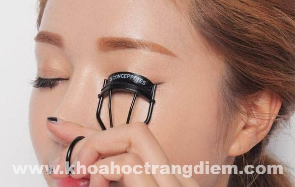 Hướng dẫn cách trang điểm mắt khi đeo kính (p2.)