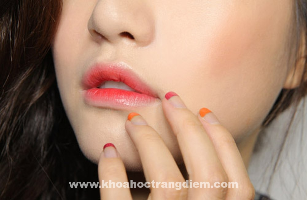 Hướng dẫn cách trang điểm môi với ba cách khác nhau từ một thỏi son
