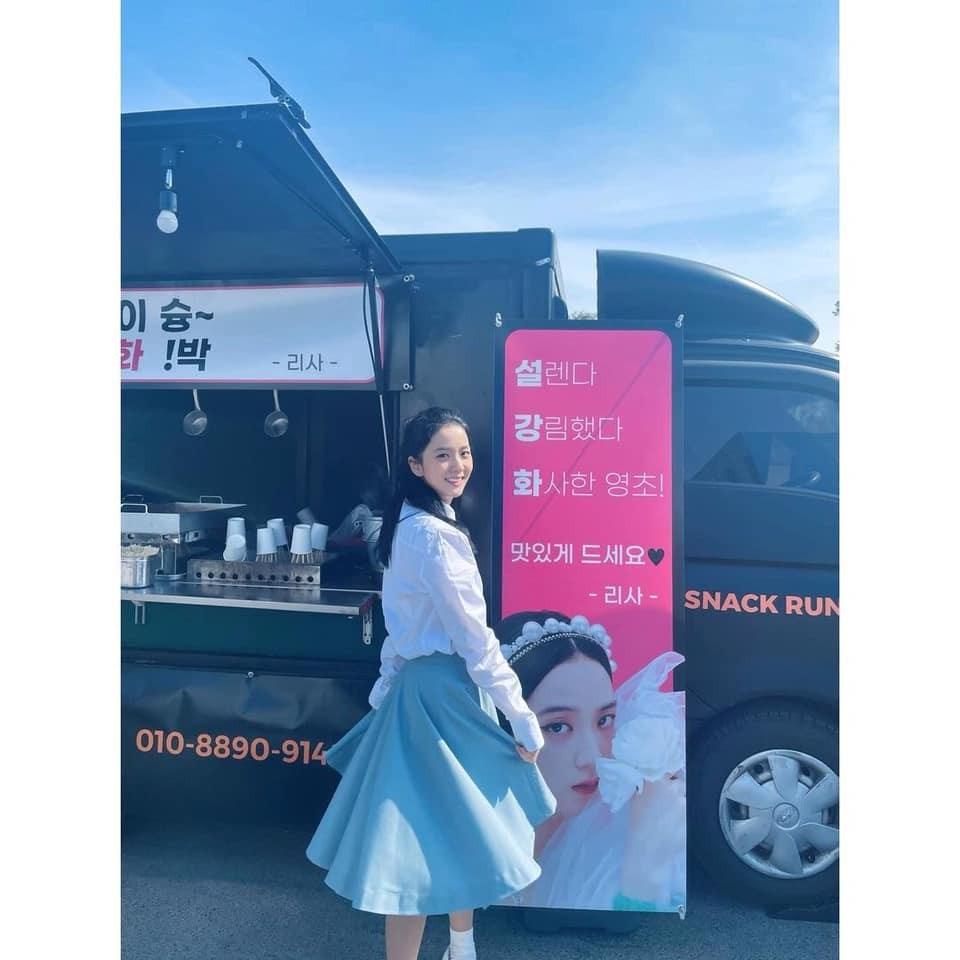 Jisoo mặc chiếc váy dài cổ điển