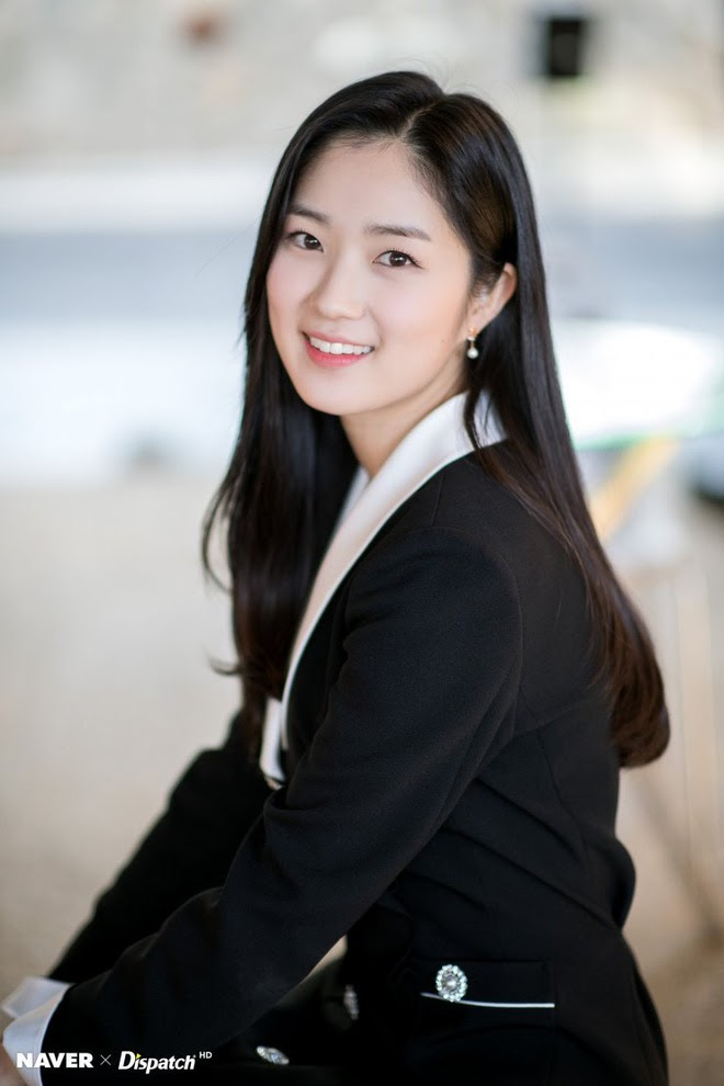Kim Hye Yoon mặc vest đen thanh lịch