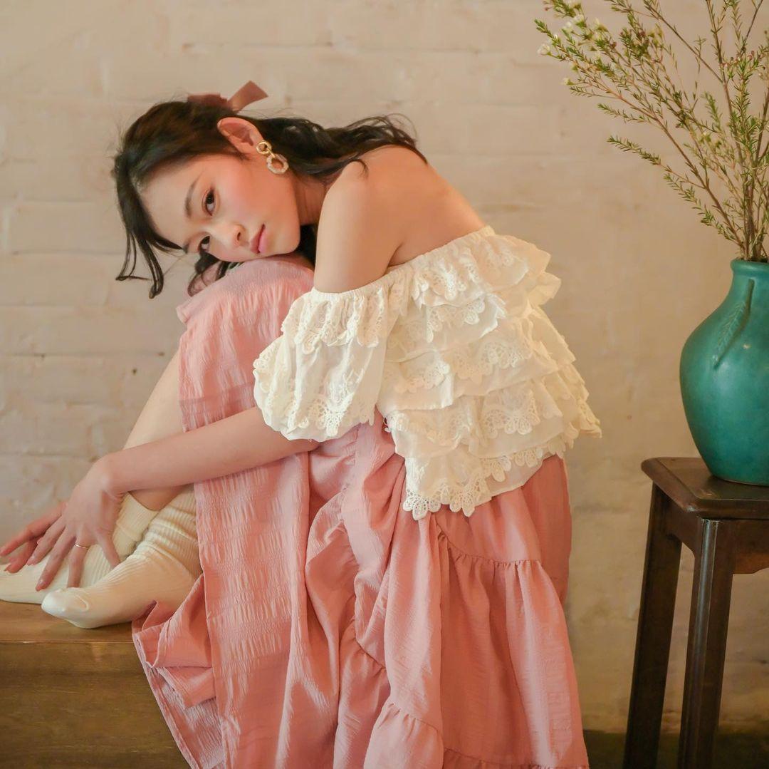 cách tạo dáng chụp ảnh đẹp khi mặc váy với áo trễ vai