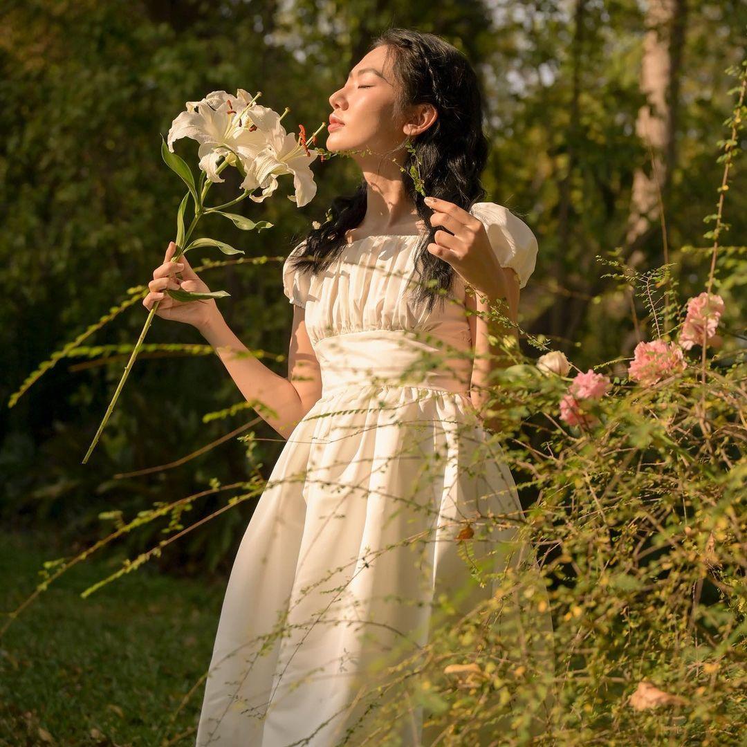 cách tạo dáng chụp ảnh đẹp khi mặc váy cùng hoa