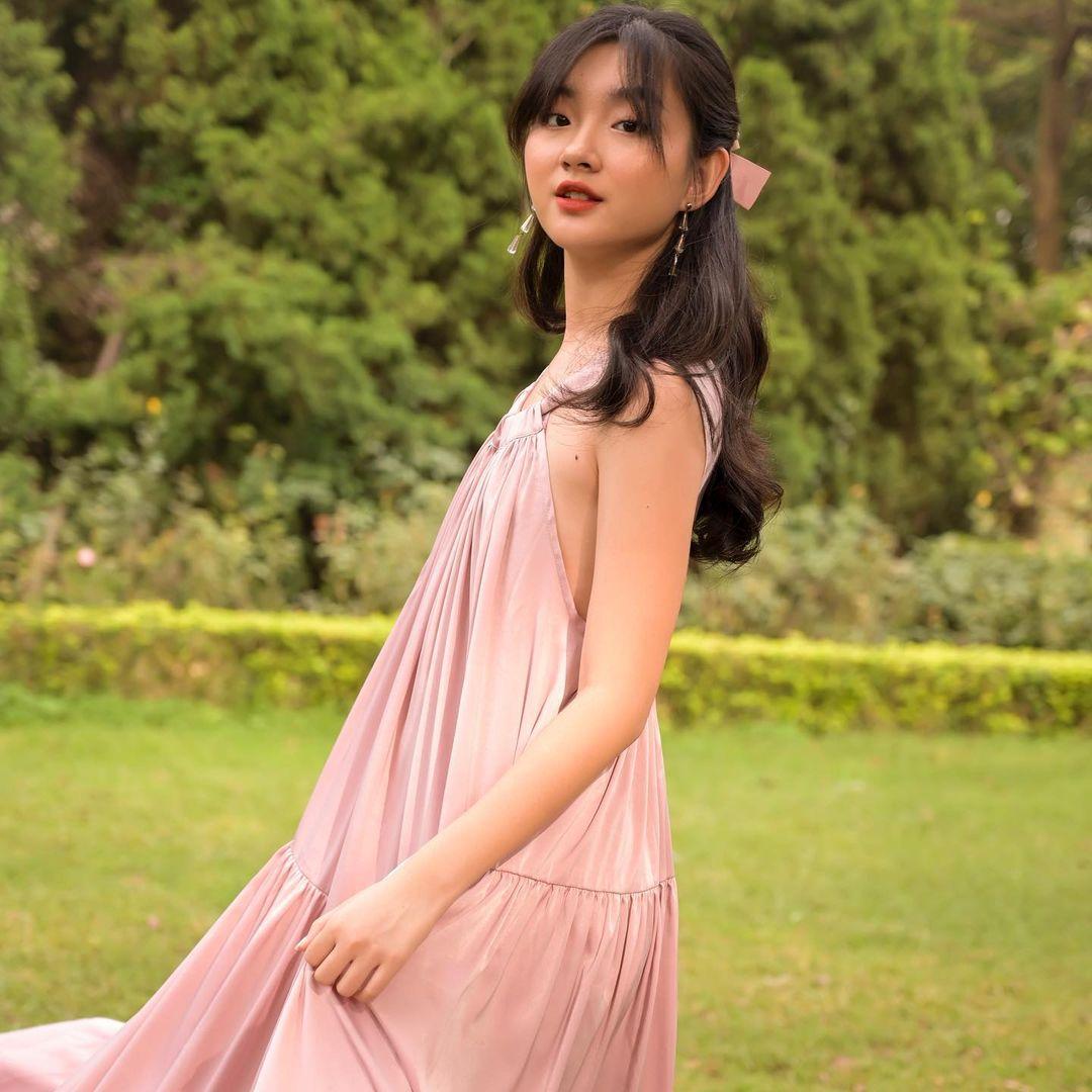 cách tạo dáng chụp ảnh đẹp khi mặc váy xòe dài