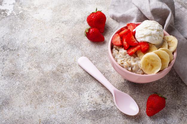 cách chế biến yến mạch giảm cân với dâu và kem